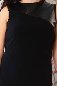 Černé pouzdrové šaty s koženými detaily