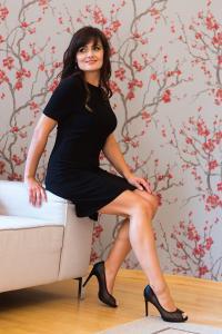 Černé krátké šaty s rozparkem
