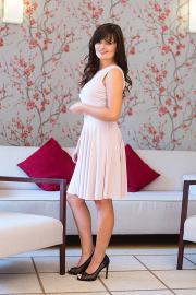Krátké šaty s kolovou sukní béžové
