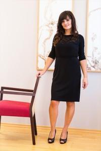 Dámské černé šaty s krajkovým výstřihem